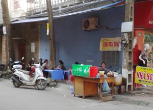 Người dân cần sử dụng thực phẩm an toàn và thận trọng khi sử dụng thức ăn đường phố để phòng bệnh tiêu chảy trong mùa hè. Ảnh chụp tại quán cháo chiều trên vỉa hè đường Đặng Dung, phường Phương Lâm (TPHB).
