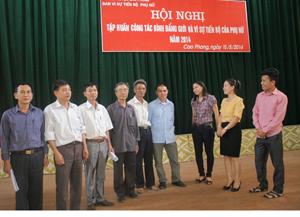 Cán bộ Ban vì sự tiến bộ phụ nữ huyện Cao Phong trao đổi thông tin về bình đẳng giới với các học viên tham gia lớp tập huấn.