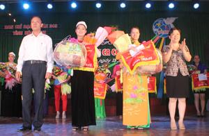 Ban tổ chức trao 2 giải nhất cho Hội PN thành phố Hòa Bình và Hội PN huyện Kỳ Sơn.