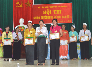 Ban tổ chức trao giải nhì cho các thí sinh đoạt giải.