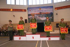 Đồng chí Nguyễn Văn Trung, Phó giám đốc Công an tỉnh trao giải toàn đoàn cho các đơn vị.