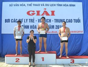 Lãnh đạo Sở VH-TT&DL trao giải cho các VĐV ở nội dung 100 m tự do nam 40 – 50 tuổi.