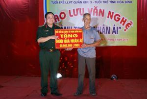 Thiếu tướng Đinh Xuân Ứng, Phó Chủ nhiệm Chính trị Quân khu 3 trao