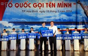 Đại diện các doanh nghiệp, nhà hảo tâm quyên góp ủng hộ lực lượng cảnh sát biển, kiểm ngư Việt Nam tại chương trình.