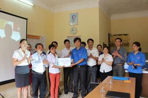 Đại diện Tỉnh đoàn trao tặng gần 100 đầu sách các loại cho bưu điện văn hoá xã Hoà Bình.