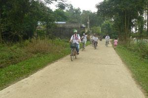 Năm 2014, xã Thành Lập (Lương Sơn) tập trung nguồn lực hoàn thành tiêu chí số 2 về giao thông. Ảnh: Đường xóm Sòng được cứng hoá từ năm 2011, đáp ứng nhu cầu đi lại của nhân dân trong xã.