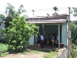 Ban chỉ huy PCLB & TKCN xã Thung Nai (Cao Phong) kiểm tra, đôn đốc khắc phục nơi ở cho hộ dân có nhà bị tốc mái.