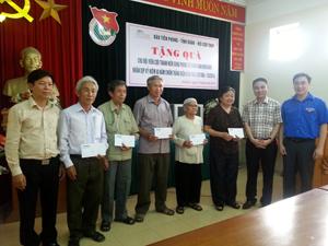 Đại diện lãnh đạo Báo Tiền Phong, Tỉnh đoàn trao quà hỗ trợ cho các cựu TNXP của tỉnh.