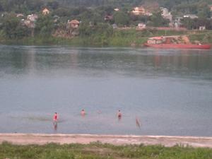 Nhiều nhóm học sinh, thanh niên tắm ở hai bên bờ hạ lưu sông Đà trong mùa hè. Ảnh chụp tại phường Thịnh Lang.