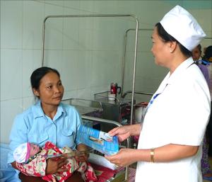 Cán bộ y tế Bệnh viện Đa khoa huyện Yên Thủy tuyên truyền, hướng dẫn cách chăm sóc trẻ sơ sinh phòng tránh bệnh dịch.