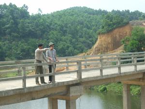 Cán bộ Phòng NN&PTNT huyện Lạc Thủy và chính quyền xã Liên Hòa kiểm tra công trình thủy lợi liên hồ trước mùa mưa lũ.
