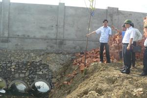 Đồng chí Nguyễn Văn Dũng, Phó Chủ tịch UBND tỉnh kiểm tra kênh thoát nước đoạn chạy qua Công an tỉnh.