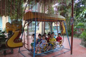 Trẻ em có hoàn cảnh khó khăn trên địa bàn luôn được hưởng các ưu đãi về giáo dục, y tế. Ảnh: Các cháu trường mầm non Hoa Mai, thị trấn Đà Bắc (Đà Bắc) trong giờ vui chơi.