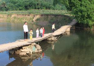Gian nan con đường đến trường của những đứa trẻ xóm Cuôi, xóm Ốc, xã Bình Sơn (Kim Bôi).