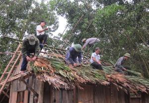 """Lực lượng """"tại chỗ"""" xóm Tát, xã Tân Minh (Đà Bắc) sữa chữa, lợp lại mái nhà cho hộ dân gặp thiên tai."""