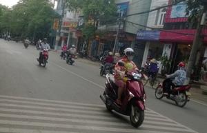 Người dân thành phố Hòa Bình tham gia giao thông trong điều kiện nền nhiệt độ ngoài trời thường xuyên lên tới 42oC