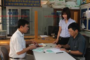 Cán bộ BHXH huyện Lương Sơn giải đáp thông tin về BHXH, BHYT cho người dân trên địa bàn