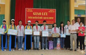 Đại diện Trung tâm Nước sạch và VSMT nông thôn tỉnh và trường THCS Thăng Long tặng quà cho các bạn học sinh trường THCS Tú Sơn.