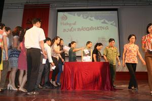 Các đại biểu, giáo viên và sinh viên nhà trường quyên góp ủng hộ biển đảo quê hương.