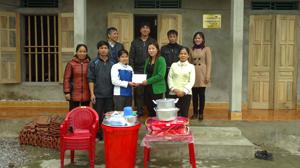 Lãnh đạo LĐLĐ huyện Lạc Thủy trao nhà mái ấm công đoàn và bộ đồ dùng gia đình cho chị Nguyễn Thị Lường, đoàn viên công đoàn Công ty CP  phát triển Phú Thành.