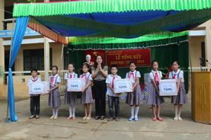 Lãnh đạo Sở LĐ, TB & XH tặng quà cho học sinh trường TH Bình Chân.