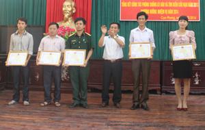 Lãnh đạo UBND huyện Cao Phong tặng giấy khen cho các tập thể có thành tích xuất sắc trong công tác PCLB.