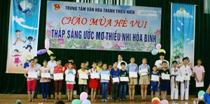 Các em thiếu nhi có thành tích học tập xuất sắc nhận học bổng của Trung tâm văn hoá TTN và tổ chức GNI.