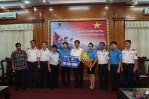 Đại diện đoàn trao tiền ủng hộ cho cảnh sát biển Việt Nam.