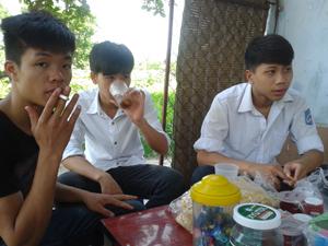 Học sinh trường THPT lạc Long Quân (TPHB) hút thuốc lá trong giờ giải lao.