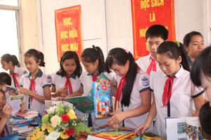 Hưởng ứng Ngày sách Việt Nam, Sở VH-TT&DL tổ chức triển lãm trưng bày sách, báo, tạp chí tại Thư viện tỉnh với sự tham gia đông đảo bạn đọc và các em học sinh.