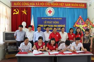 Đại diện Hội CTĐ tỉnh, các huyện, thành phố ký kết thi đua tại lễ phát động.