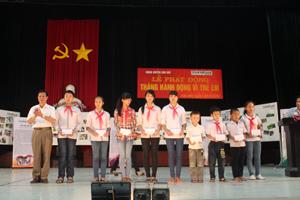 Lãnh đạo UBND huyện Kim Bôi trao học bổng cho học sinh có thành tích học tập xuất sắc trong năm học 2013 - 2014.
