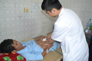 Bác sĩ khoa Hồi sức cấp cứu ngoại kiểm tra vết mổ cho bệnh nhân Xa Văn Út.