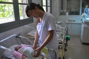 Điều dưỡng khoa nhi (Bệnh viện đa khoa tỉnh) chăm sóc cháu Nguyễn Thị Hà.