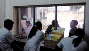 Bệnh nhân đến đăng ký và sử dụng methadone tại cơ sở điều trị Mai Châu.