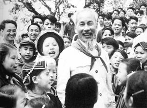 Bác Hồ với các cháu thiếu nhi vùng cao Việt Bắc (năm 1960). Ảnh: T.L
