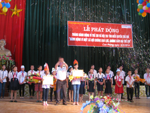 BTC trao giấy khen cho các thí sinh đạt giải cao tại hội thi.