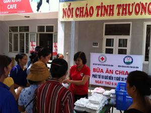 """Chị Đặng Thị Bảy phát khẩu phần """"Bữa ăn chia sẻ""""cho bệnh nhân nghèo ở Bệnh viện Đa khoa tỉnh."""