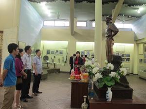 Đoàn cán bộ, phóng viên Báo Hòa Bình thăm nhà trưng bày ATK Định Hóa, Thái Nguyên.