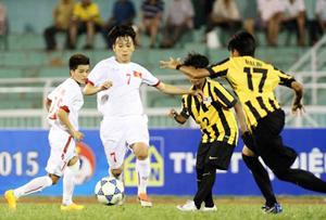 Pha tranh bóng giữa cầu thủ hai đội tuyển bóng đá nữ Việt Nam và Ma-lai-xi-a.