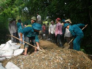 LLVT huyện Kỳ Sơn phối hợp cùng nhân dân tham gia làm đường giao thông nông thôn tại xã Phú Minh.