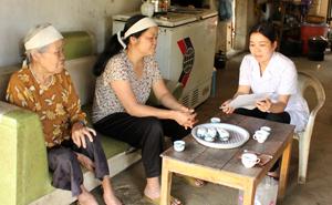 Cán bộ Trung tâm Y tế Dự phòng huyện Kim Bôi kiểm tra, giám sát tình hình bệnh dại tại xã Hợp Kim (huyện Kim Bôi).