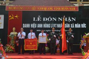 Thừa ủy quyền của Chủ tịch nước, đồng chí Bùi Văn Tinh, Bí thư Huyện ủy Tân Lạc trao danh hiệu Anh hùng LLVTND cho Đảng bộ, chính quyền, LLVT và nhân dân xã Mãn Đức.