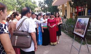 Các đại biểu dự tham quan các tác phẩm trưng bày tại triển lãm.