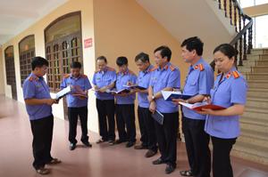 Cán bộ, lãnh đạo Viện KSND tỉnh trao đổi, rút kinh nghiệm trong thực hiện chức năng, nhiệm vụ công tác kiểm sát.