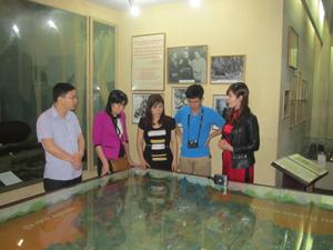 Cán bộ, phóng viên Báo Hòa Bình thăm quan và tìm hiểu tại Bảo tàng Di tích lịch sử Định Hóa (Thái Nguyên).