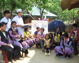 Cán bộ Trạm y tế xã Hang Kia (Mai Châu) thường xuyên tuyên truyền nâng cao hiệu quả công tác phòng - chống dịch bệnh cho người dân.  ảnh: PV
