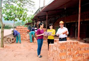 Giám đốc Phạm Ngọc Thắng kiểm tra chất lượng gạch ra lò.