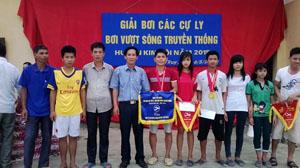 Lãnh đạo UBND xã Kim Truy trao giải cho các VĐV tham gia thi đấu tại giải.
