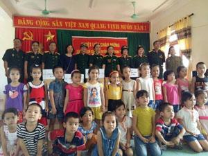 Đoàn CCB Tiên Văn, Sư đoàn 304 B trao quà cho các cháu mầm non  xã Hạ Bì (Kim Bôi).